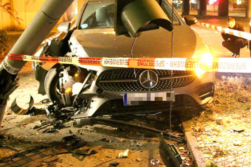 Der Fahrer stieg aus dem geschrotteten Wagen aus und rannte davon.