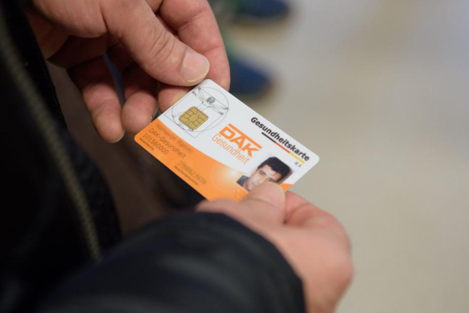 Mit der Gesundheitskarte können Asylbewerber ab Januar direkt zum Arzt gehen.