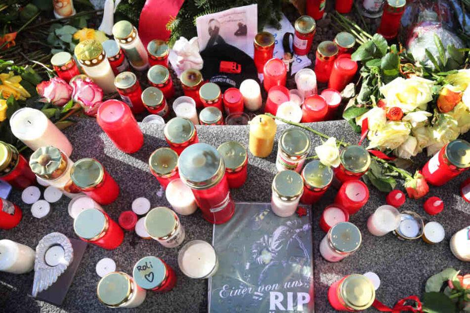 Zahlreiche Kerzen und Blumen wurden vor Ort abgelegt, viele Menschen versammelten sich.