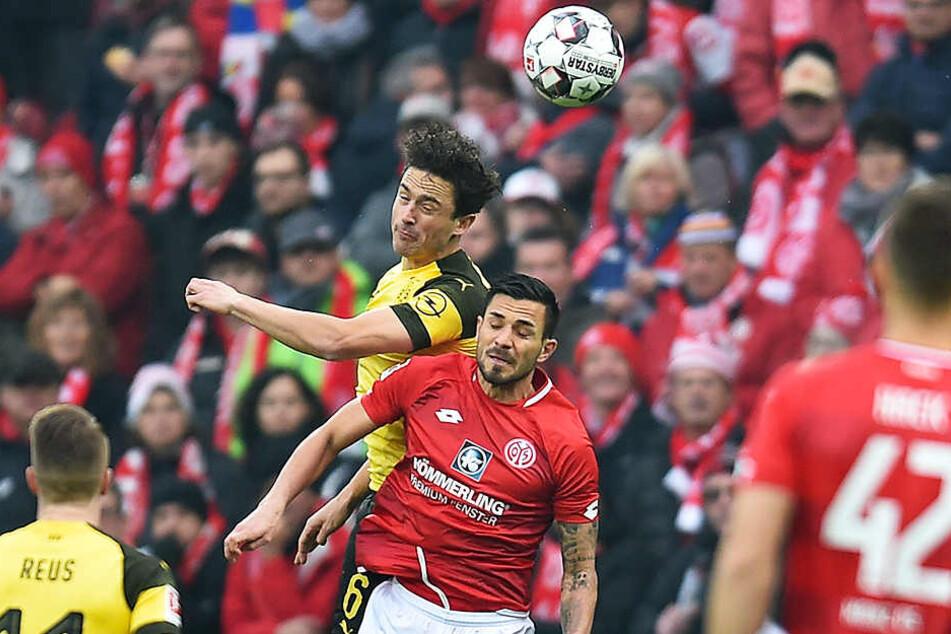 BVB-Sechser Thomas Delaney (oben) setzt sich im Kopfball-Zweikampf gegen den Mainzer Danny Latza (unten) durch.