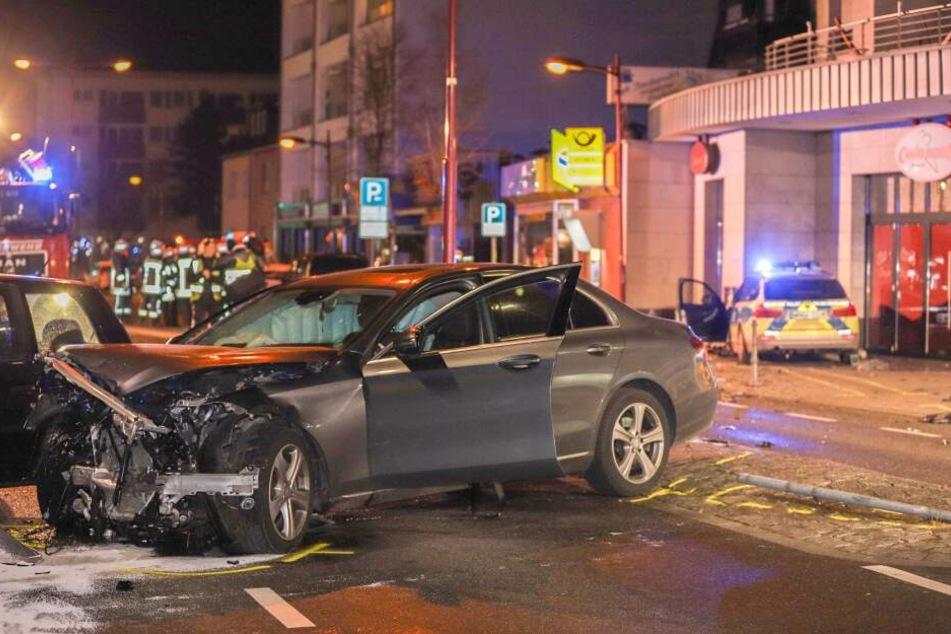 Der Fahrer des grauen Mercedes hatte laut Polizei den zweiten Polizeiwagen samt Blaulicht übersehen.