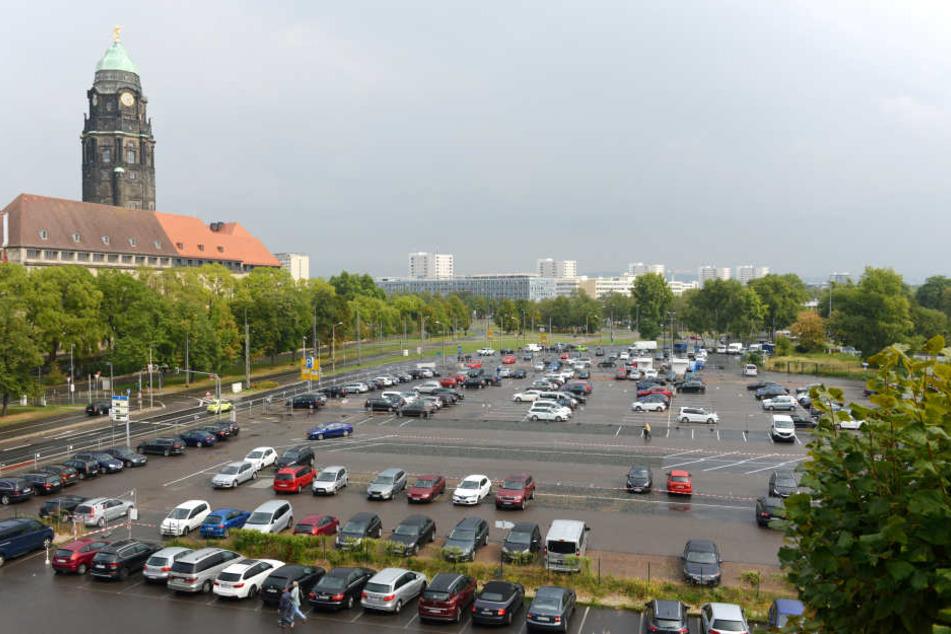 Momentan ist das winzige Grundstück Teil des großen Parkplatzes auf dem Ferdinandplatz. 2020 soll hier ein neues Rathaus gebaut werden.