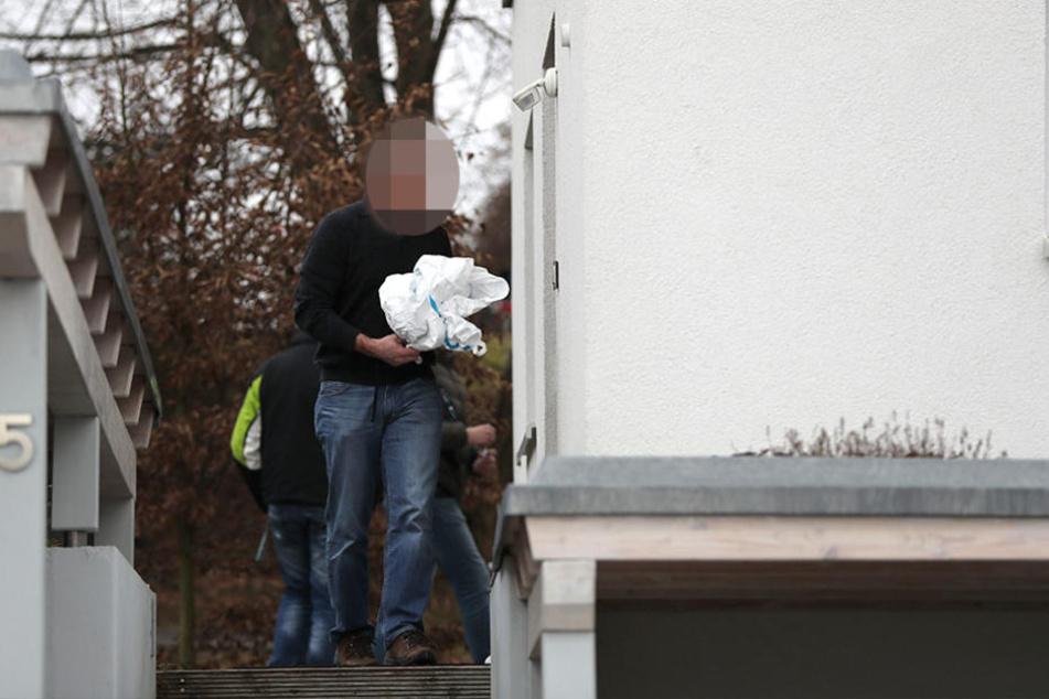 Ein Polizist verlässt das Haus, in dem am Dienstag drei Leichen gefunden wurden.