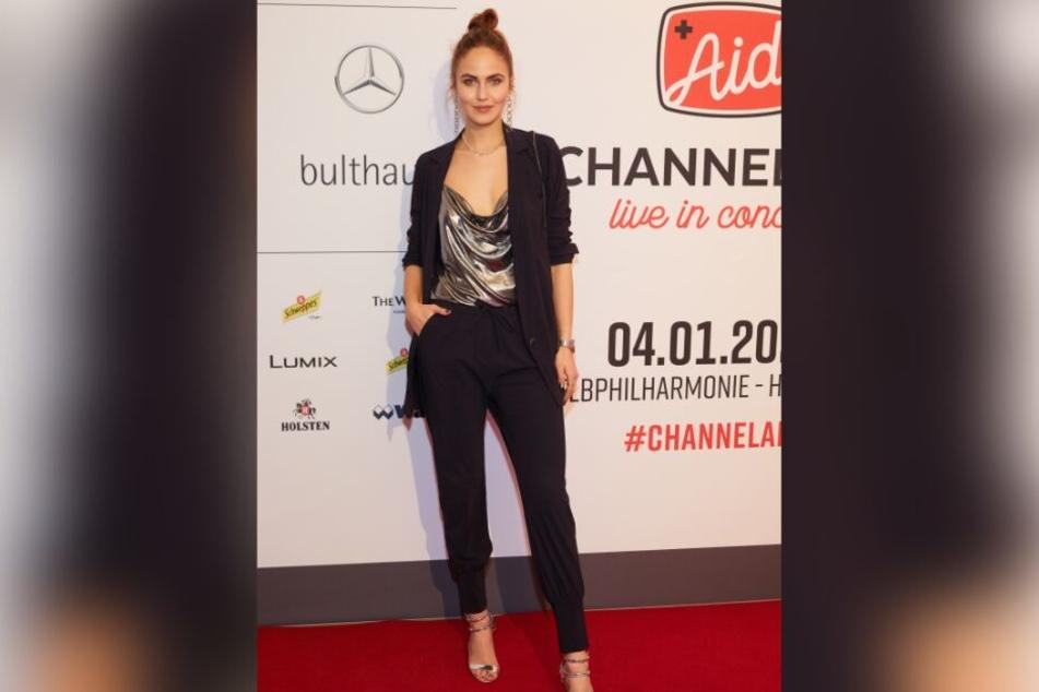 Elena Carrière ist Model, Schauspielerin und Influencerin.