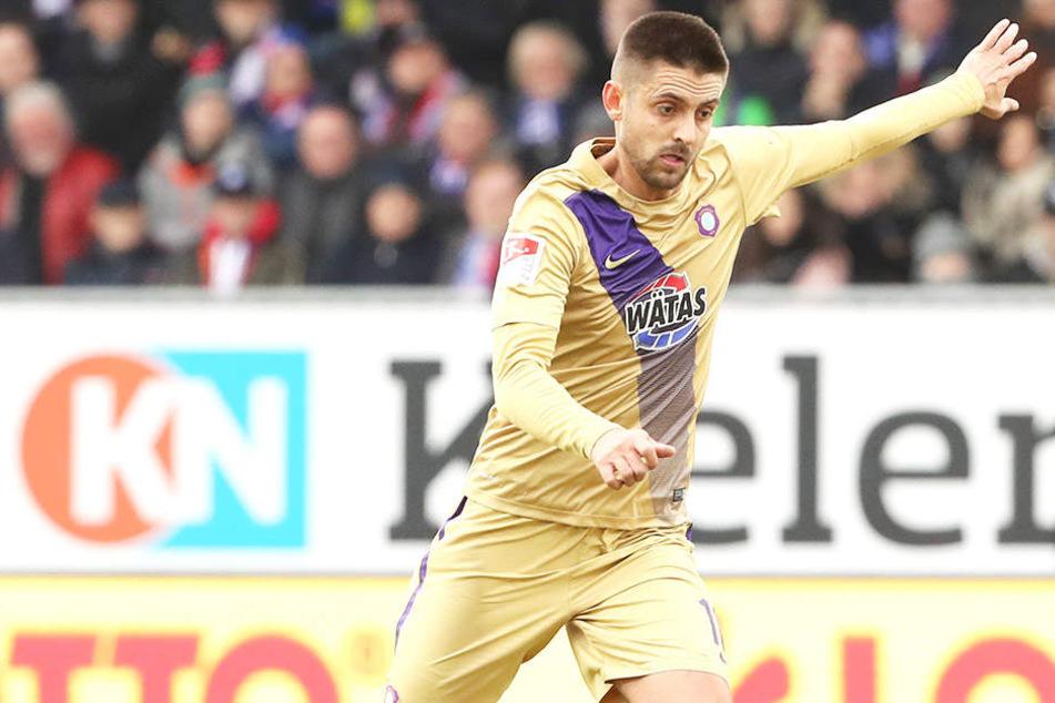 Dimitrij Nazarov im Spiel gegen Holstein Kiel am Ball. Der Stürmer sieht seinen FC Erzgebirge Aue auf einem guten Weg.