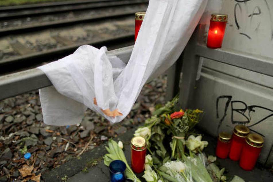 Kerzen und Blumen an der Unfallstelle in Köln.