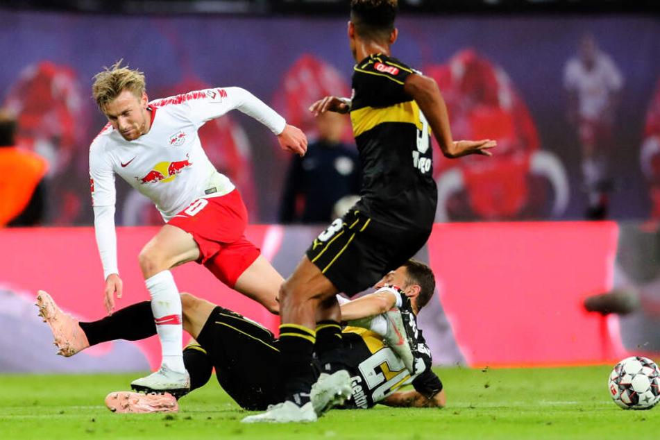Im Hinspiel gegen RB Leipzig am Boden: VfB-Kapitän Christian Gentner packt gegen Emil Forsberg die Grätsche aus.