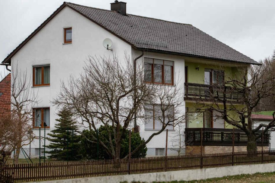 In diesem Einfamilienhaus im niederbayerischen Mallersdorf-Pfaffenberg hat die Polizei die drei Leichen gefunden.