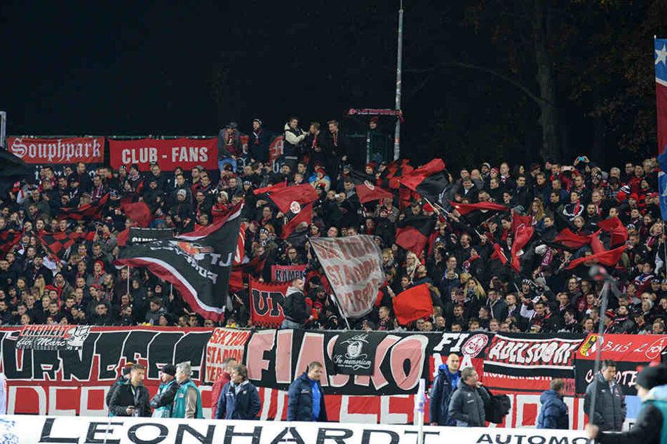 Viele Nürnberger Fans standen Mitte der ersten Halbzeit noch vor dem Stadion.