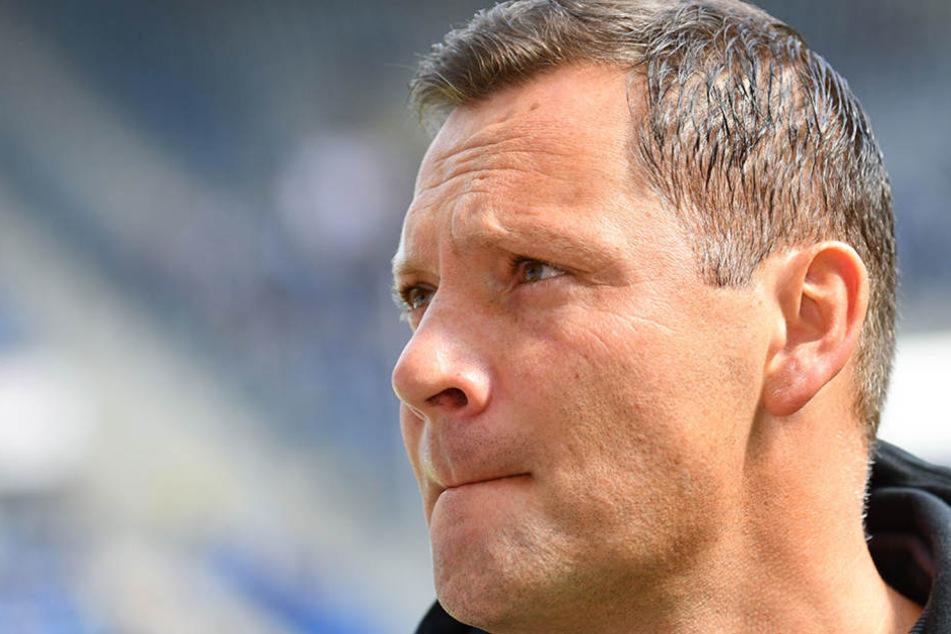 Berlins Trainer Pal Dardai steht im Stadion.