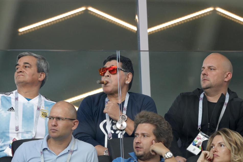 Diego Maradona (M) rauchte genüsslich seine Zigarre - trotz Verbot.