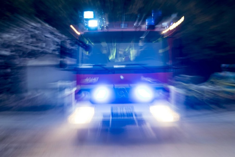 Die Feuerwehr holte die beiden aus den Flammen, doch im Krankenhaus starben der Mann und die Frau. (Symbolbild)