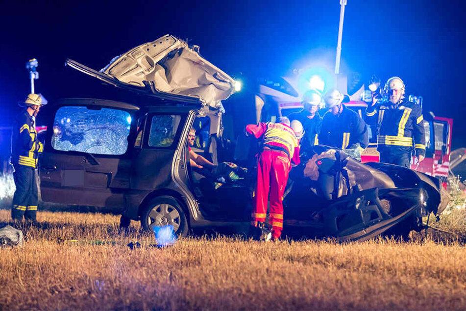 Es entstand beträchtlicher Sachschaden. Eine Person starb, die andere wurde schwer verletzt.