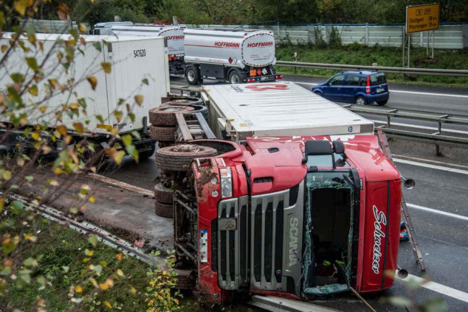 Dieser umgekippte Lastwagen hat den Stau nahe Uhingen (Kreis Göppingen) ausgelöst.