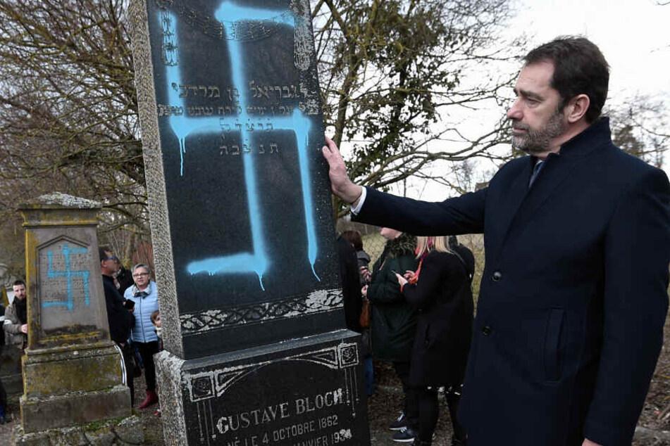Der französische Innenminister Christophe Castaner zu Besuch auf dem jüdischen Friedhof in Quatzenheim.