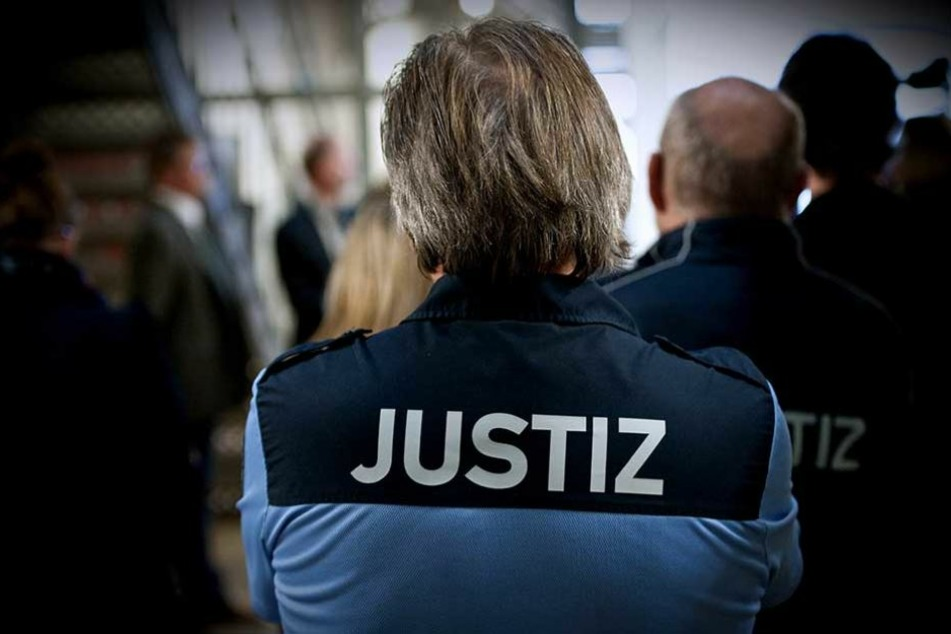 In der JVA bemerkten Aufseher, dass ein Häftling unerlaubt bei Facebook unterwegs war (Symbolbild).