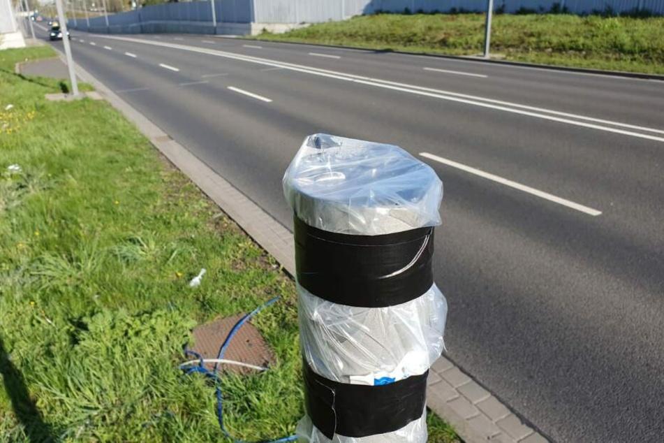 Abgeflext und mitgenommen: Seit mindestens Montagmorgen steht der Blitzer-Pfeiler in Leipzig-Möckern ohne Starenkasten da.