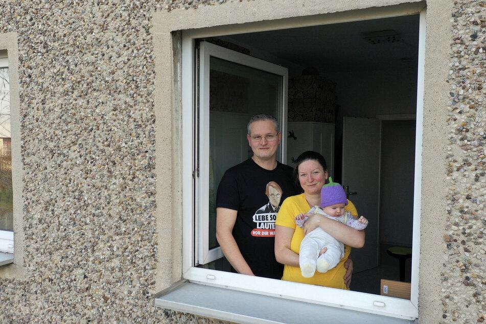 Romy Pahlke und ihr Mann Stephan fühlen sich mit den drei Kindern pudelwohl in der Plattenbausiedlung in Wolfen-Nord.