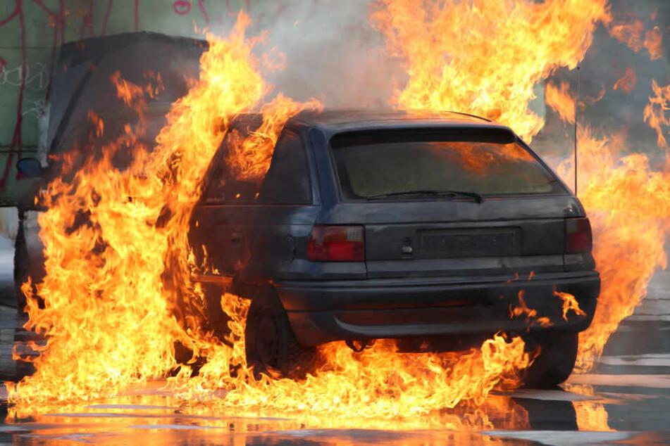 In den letzten Wochen und Monaten brannten in Frankfurt immer wieder Autos. Die Verantwortlichen sind weiter auf freiem Fuß (Symbolbild).