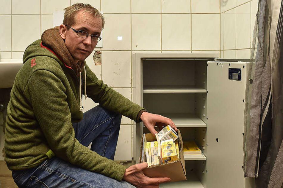 Laden-Chef Rajko Töpke (41) hofft, dass der neue Tresor nicht wieder gestohlen wird.
