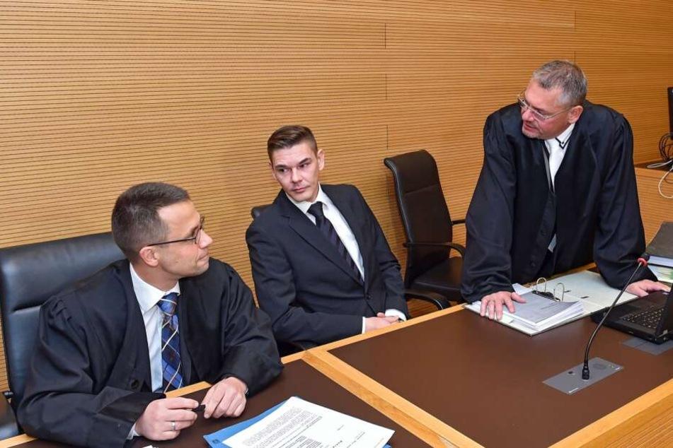 Der Angeklagte Daniel Zabel mit seinen Anwälten Frank Hannig (rechts) und Ronald Mayer (blauer Schlips).
