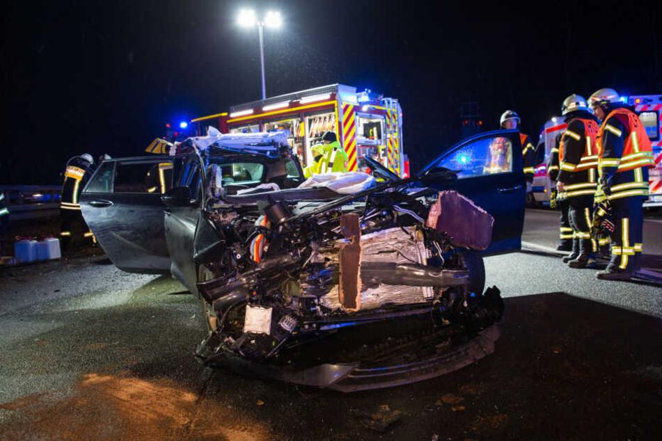 Der Fahrer des Pkw wurde in seinem Wagen eingeklemmt.