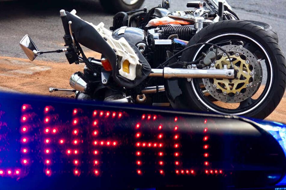 Mit Kia zusammengestoßen: 18-jähriger Biker bei Unfall schwer verletzt