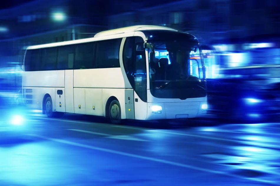 Der Busfahrer reagierte weder auf die Lehrer, noch auf Hupzeichen von anderen Autofahrern (Symbolbild).