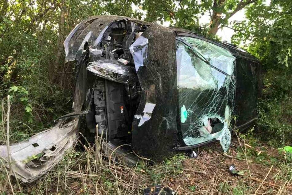 Das völlig zerstörte Unfallauto.