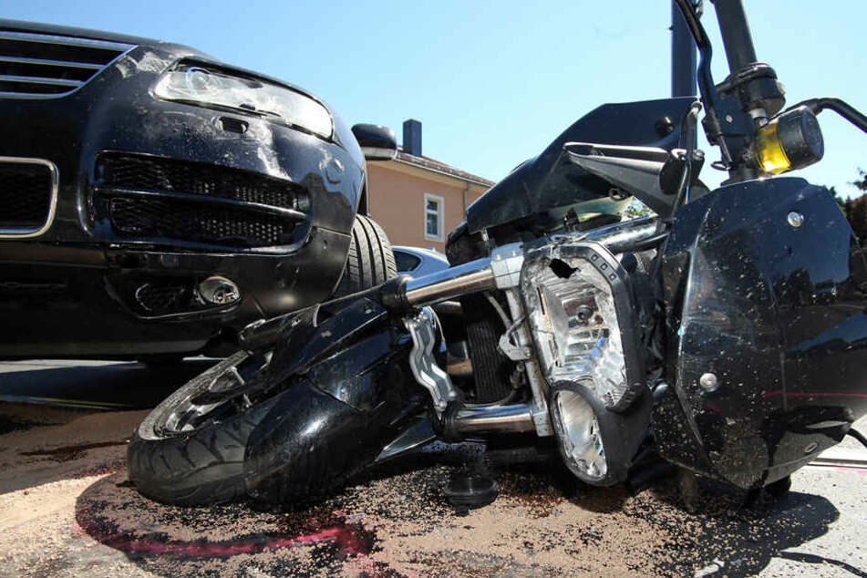Auf einer Radebeuler Kreuzung kollidierte ein 64-Jähriger VW-Fahrer mit einer BMW-Maschine.