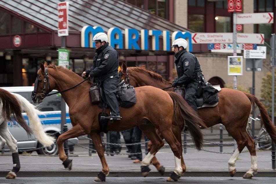 Polizisten der Reiterstaffel vor dem Hotel Maritim in Köln, wo der AfD-Parteitag stattfindet.