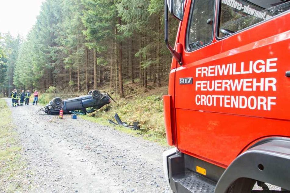 Der VW hatte sich auf einem Waldweg überschlagen.