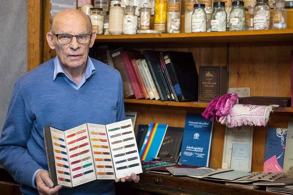 Professor Horst Hartmann (80) hütet die Schätze der Dresdner Farbensammlung.