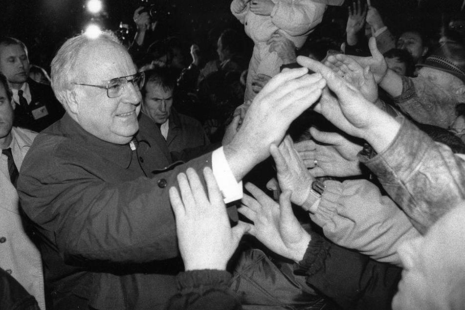 Chemnitzer begrüßten 1990 Helmut Kohl (1930-2017). Ein Platz ist nach dem Kanzler der Einheit bis heute nicht benannt.