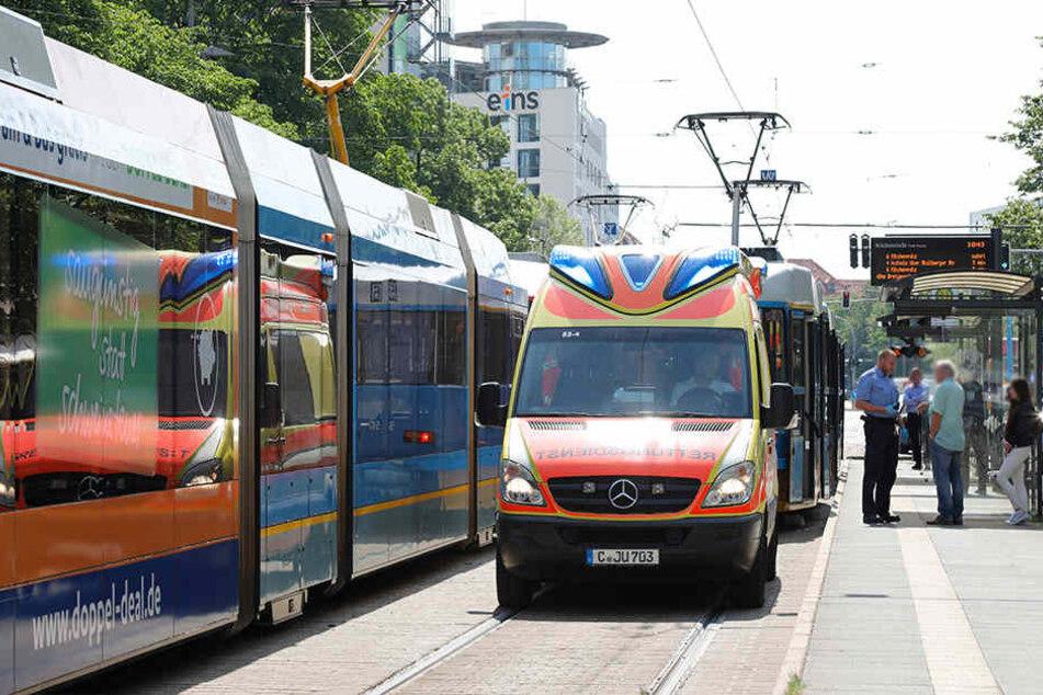 An der Haltestelle Brückenstraße wurden zwei Fußgänger von Straßenbahnen erfasst und verletzt.