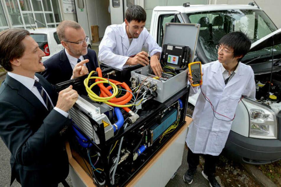 Thomas von Unwerth, Thomas Melczer, Martin Uhlmann und Qiang Wang (v.l.) mit einem Proton-Brennstoffzellensystem.