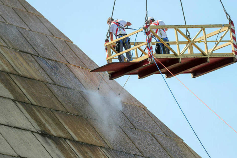 Arbeiter einer Spezial-Firma reinigen derzeit vom Kran-Korb aus die Belantis-Pyramide.