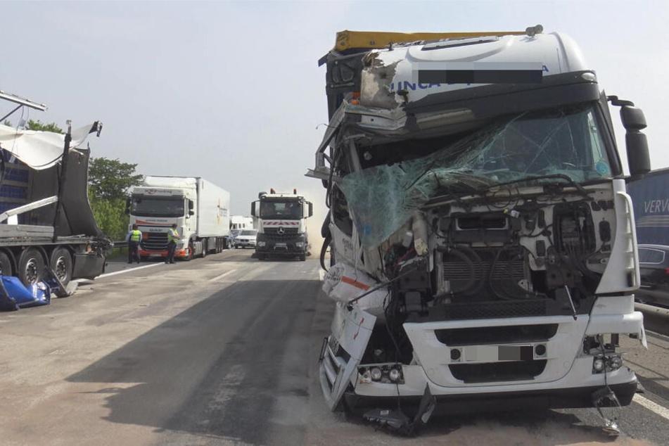 Mehrere Laster und ein Auto krachen auf A61 zusammen!