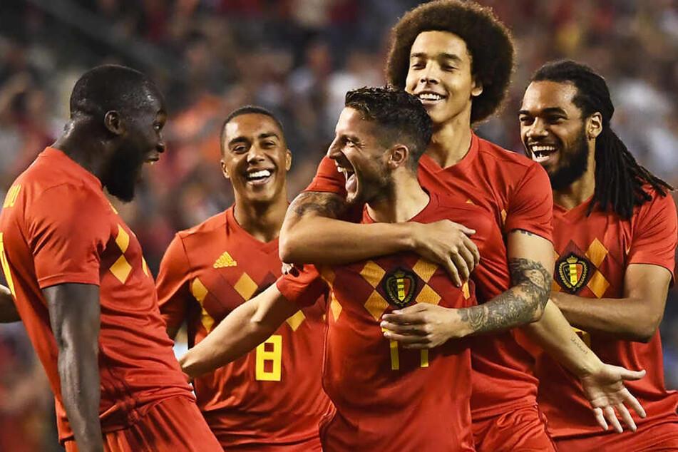 Dries Mertens (M.) wird von Axel Witsel (Zweiter von rechts) nach einem Tor für die belgische Nationalmannschaft umarmt. Spielen die beiden ab kommendem Sommer auch in Dortmund zusammen?