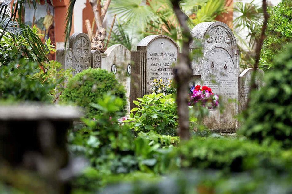 Auf einem deutschen Friedhof im Vatikan werden am Donnerstag zwei Gräber geöffnet, in denen möglicherweise die Gebeine eines vermissten italienischen Mädchens liegen.