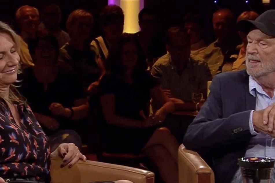 Michael Gwisdek scheint mehr als nur interessiert an der Moderatorin zu sein.