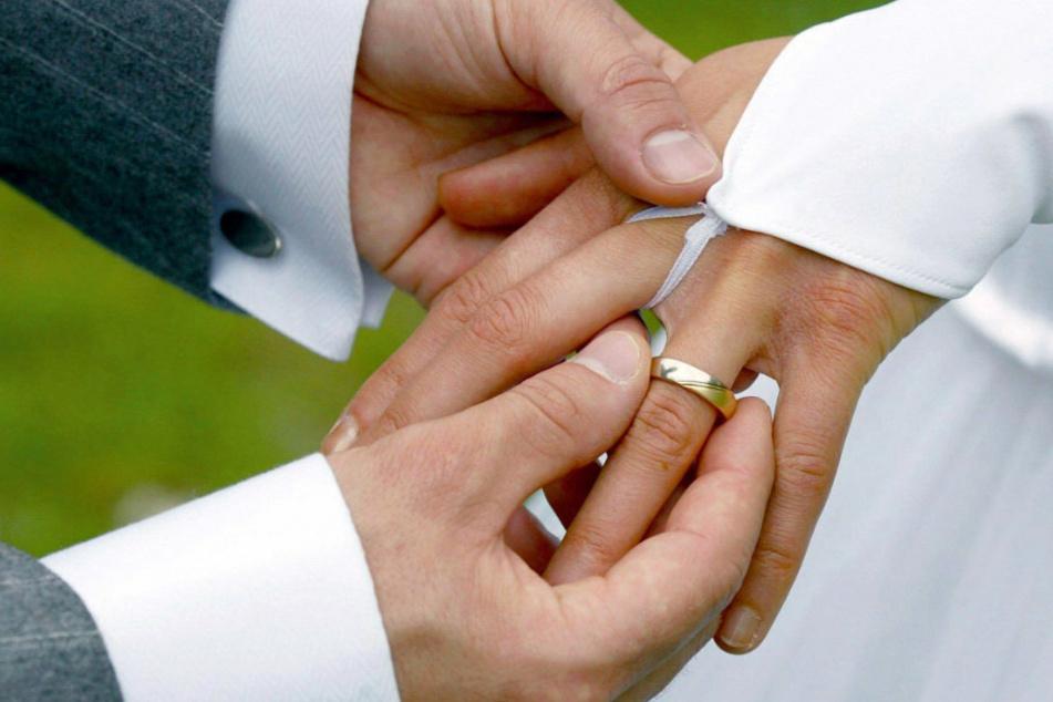 Bei der Trauung streift der Bräutigam der Braut einen Ehering über den Ringfinger. In Berlin weichen viele Heiratswillige schon jetzt auf das zweite Halbjahr 2021 aus. (Symbolfoto)