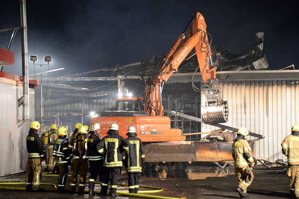 Die Feuerwehr musste schwere Geräte auffahren, um den Brand zu bekämpfen.