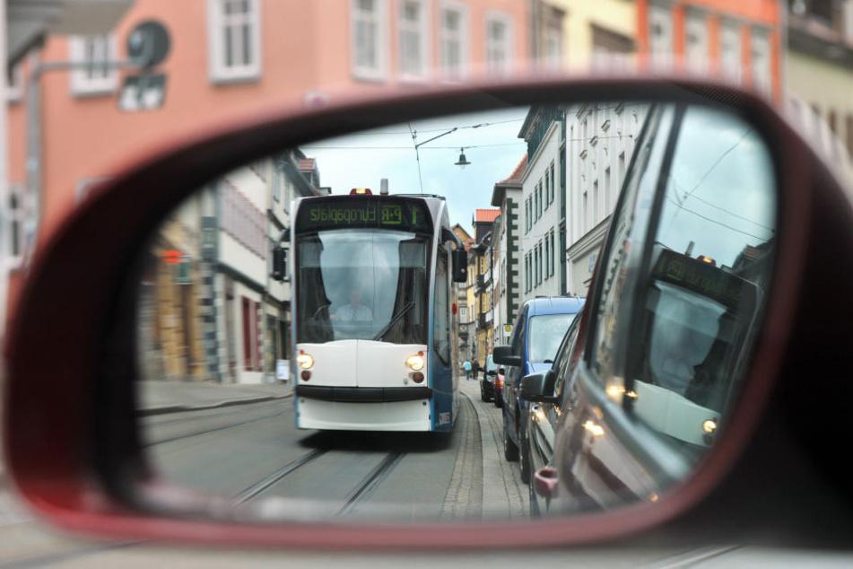 Statt mit dem Auto zu fahren sollen Bürger den öffentlichen Nahverkehr nutzen. (Symbolbild)