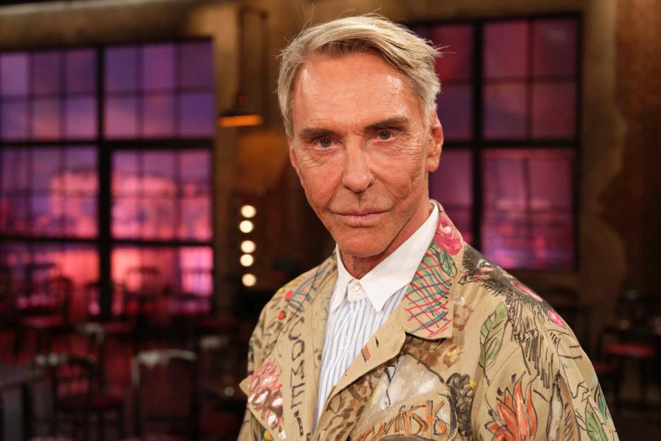 """Wolfgang Joop (76) steht im Februar 2020 nach der Aufzeichnung der WDR Talkshow """"Kölner Treff"""" im Studio. Der Designer hielt Désirée Nick für einen Transvestiten, als er sie zum ersten Mal in Fernsehen sah."""