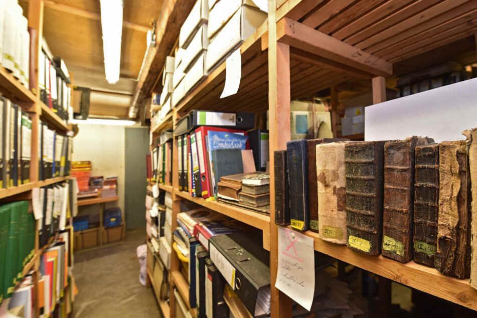 Zwischen Akten und anderen Büchern wurden die Werke entdeckt.