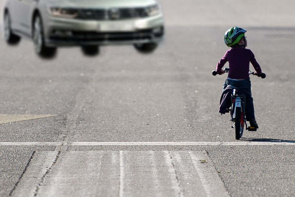 Die 5-jährige achtete nicht auf die Straße- nur knapp entging sie einem heranfahrenden Auto. (Symbolbild)