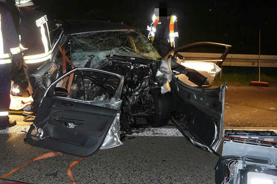 Bei einem schweren Verkehrsunfall am späten Samstagabend kamen zwei Personen ums Leben.
