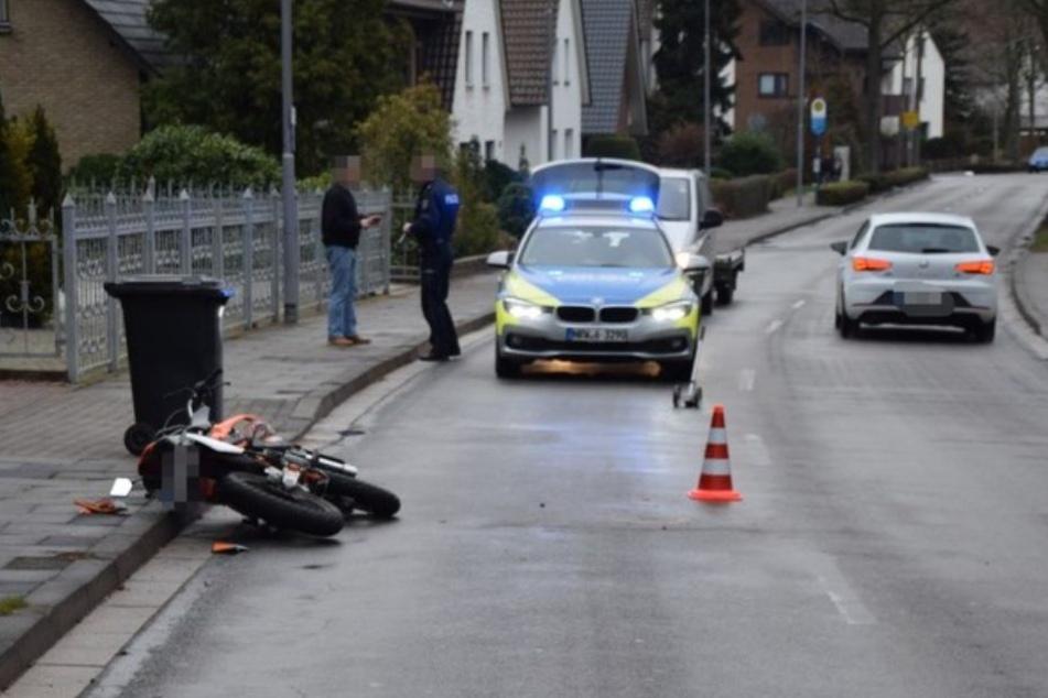 Der Roller-Fahrer krachte in den VW und stürzte schwer.