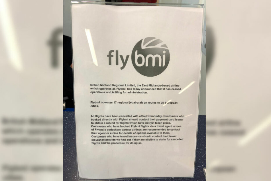 Eine Notiz informiert am Flughafen Bristol alle Fluggäste darüber, dass sämtliche Flüge von Flybmi gestrichen wurden.